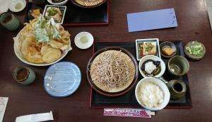 ざるそば定食と天ぷら盛り合わせでまんぷく